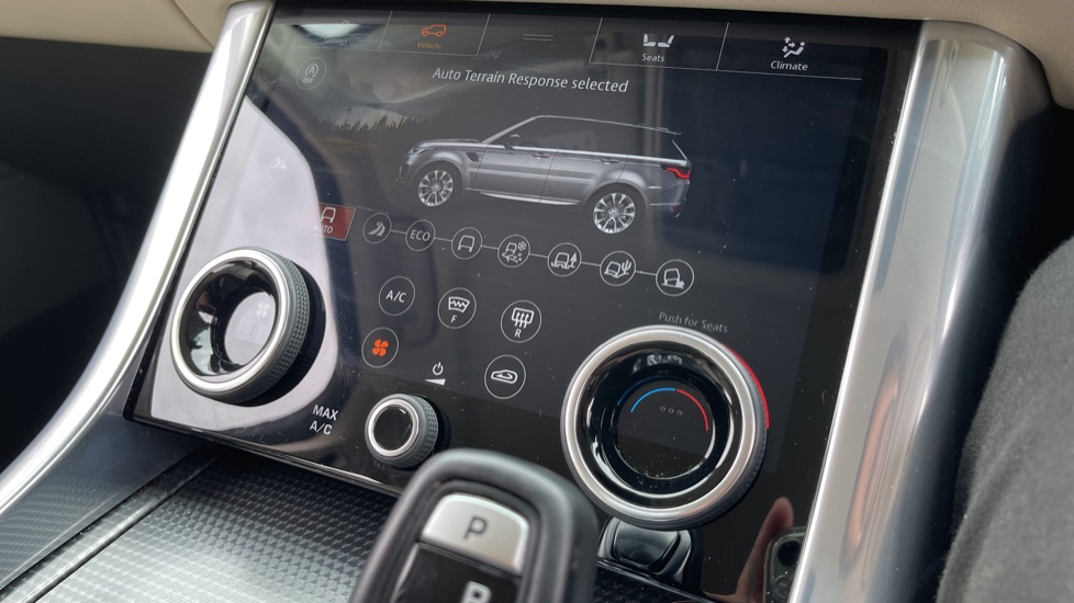 Land Rover Range Rover Sport 3.0 SDV6 HSE Dynamic Interactive Driver Display and Meridian Sound System image 18