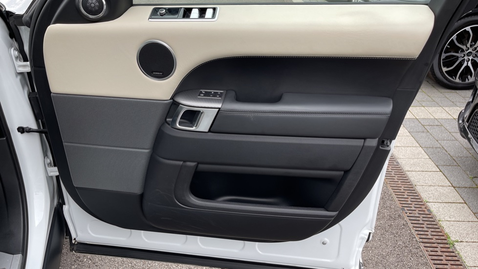 Land Rover Range Rover Sport 3.0 SDV6 HSE Dynamic Interactive Driver Display and Meridian Sound System image 21
