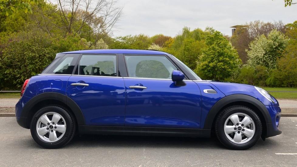 Mini Cooper 1.5 Cooper 5dr Auto, Bluetooth, Auto Lights & Wipers, Ambient Lighting, DAB Radio, Keyless Drive image 2