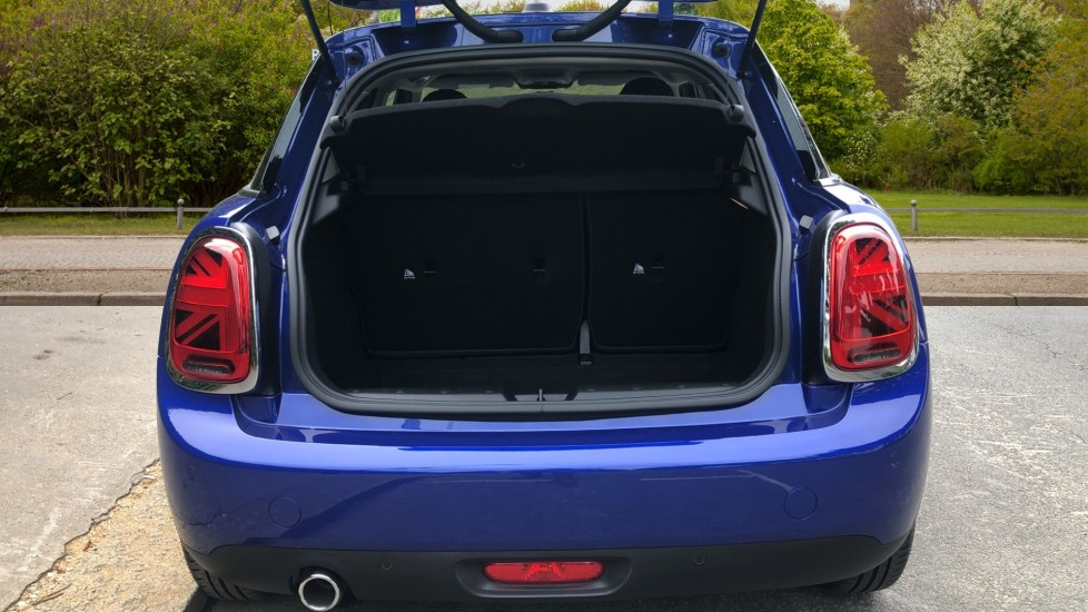 Mini Cooper 1.5 Cooper 5dr Auto, Bluetooth, Auto Lights & Wipers, Ambient Lighting, DAB Radio, Keyless Drive image 9