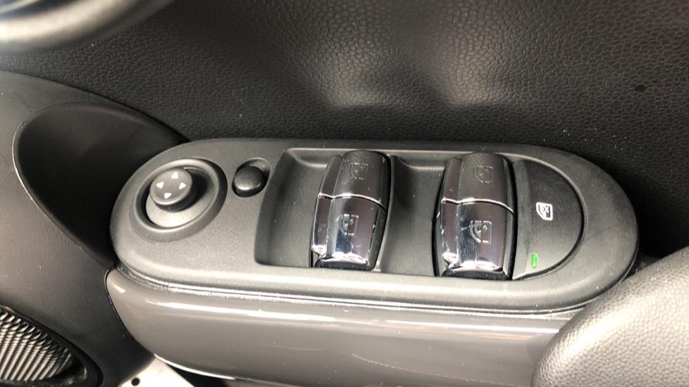 Mini Cooper 1.5 Cooper 5dr Auto, Bluetooth, Auto Lights & Wipers, Ambient Lighting, DAB Radio, Keyless Drive image 17