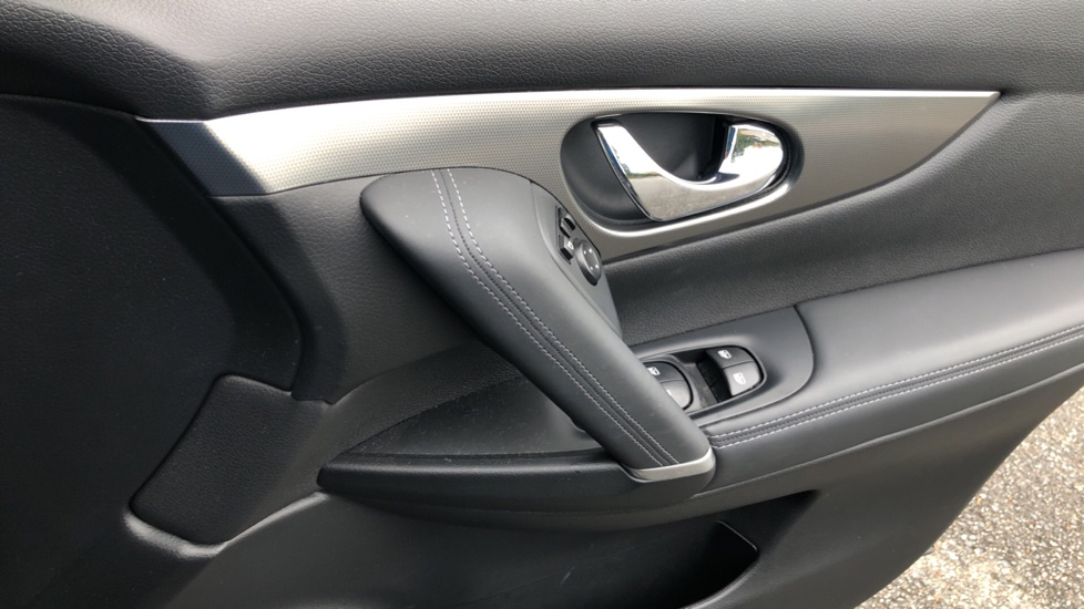 Nissan Qashqai 1.6 dCi Tekna+ Auto, Nav, Sunroof, F & R Sensors, Park Camera, BOSE Audio, Bluetooth, Keyless Drive image 32