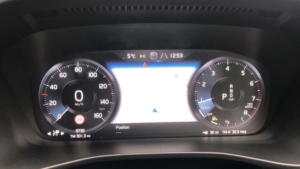 Volvo XC40 2.0 T4 R Design Pro AWD AT, Keyless Drive, Smartphone Integration, Active Bending Lights, DAB image 9