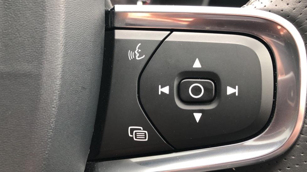 Volvo XC40 2.0 T4 R Design Pro AWD AT, Keyless Drive, Smartphone Integration, Active Bending Lights, DAB image 25