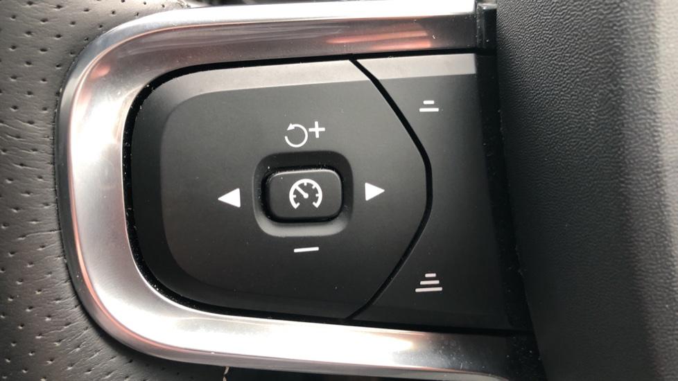 Volvo XC40 2.0 T4 R Design Pro AWD AT, Keyless Drive, Smartphone Integration, Active Bending Lights, DAB image 24