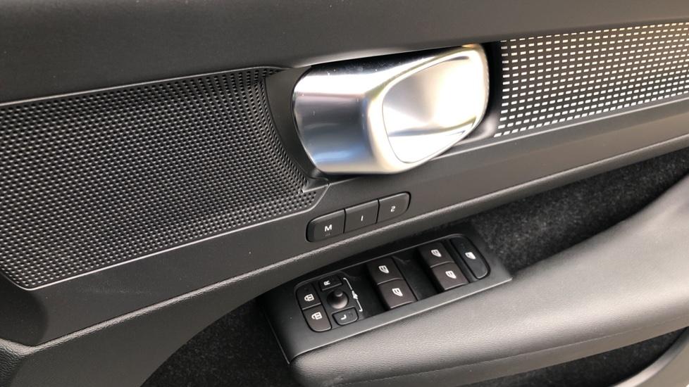 Volvo XC40 2.0 T4 R Design Pro AWD AT, Keyless Drive, Smartphone Integration, Active Bending Lights, DAB image 26