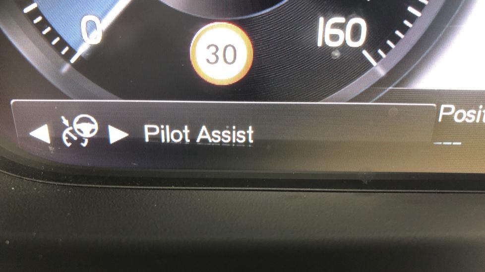 Volvo XC40 2.0 T4 R Design Pro AWD AT, Keyless Drive, Smartphone Integration, Active Bending Lights, DAB image 15