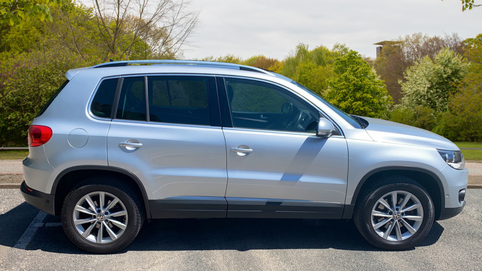 Volkswagen Tiguan 2.0 TDi SE 4 Motion 5 Door Manual with Sat Nav, Panoramic Sunroof, Bluetooth & Rear Camera image 4