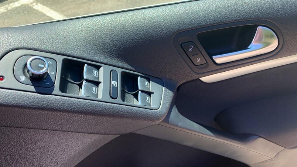Volkswagen Tiguan 2.0 TDi SE 4 Motion 5 Door Manual with Sat Nav, Panoramic Sunroof, Bluetooth & Rear Camera image 15