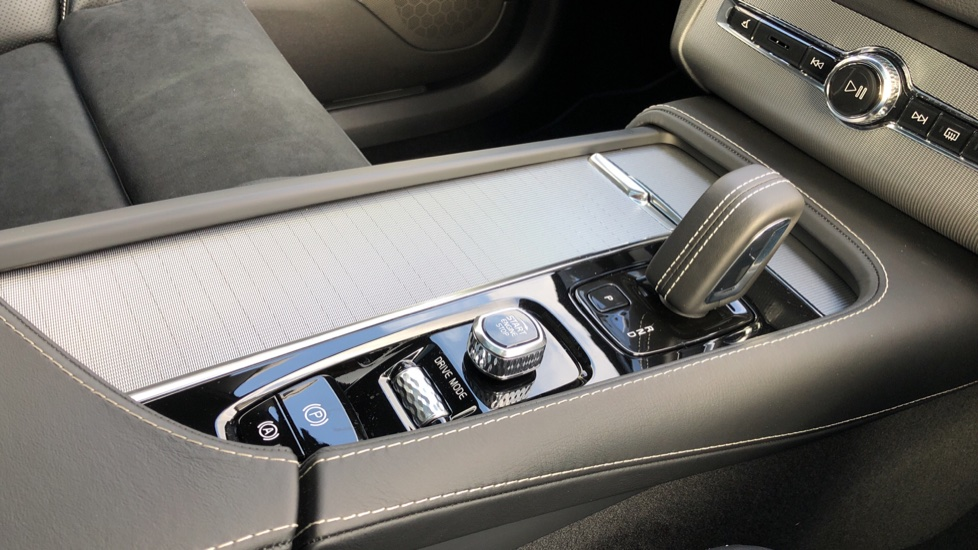 Volvo XC90 T8 Recharge PHEV R Design Pro AWD Auto, Lounge, Climate & Driver Assist Packs, Sunroof, B & W image 41