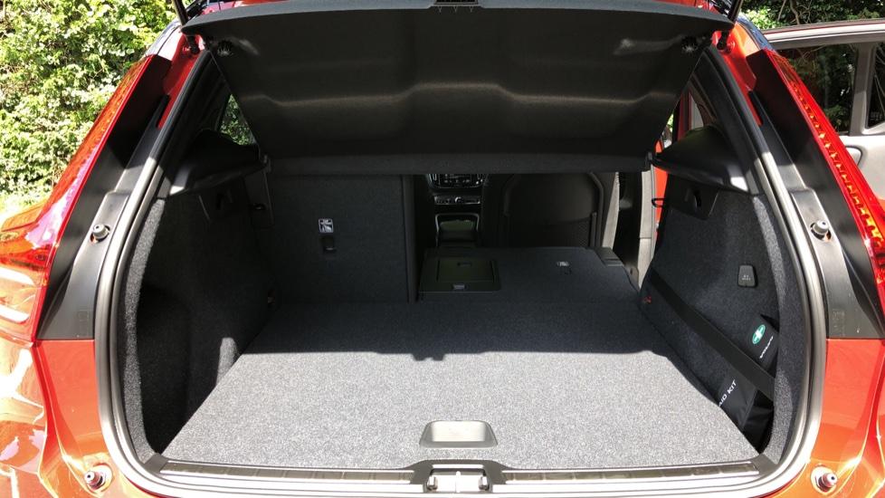 Volvo XC40 D3 R Design Pro AWD Auto, Xenium Pack, Pano Sunroof, 360 Cam, BLIS, Smartphone Integration image 18