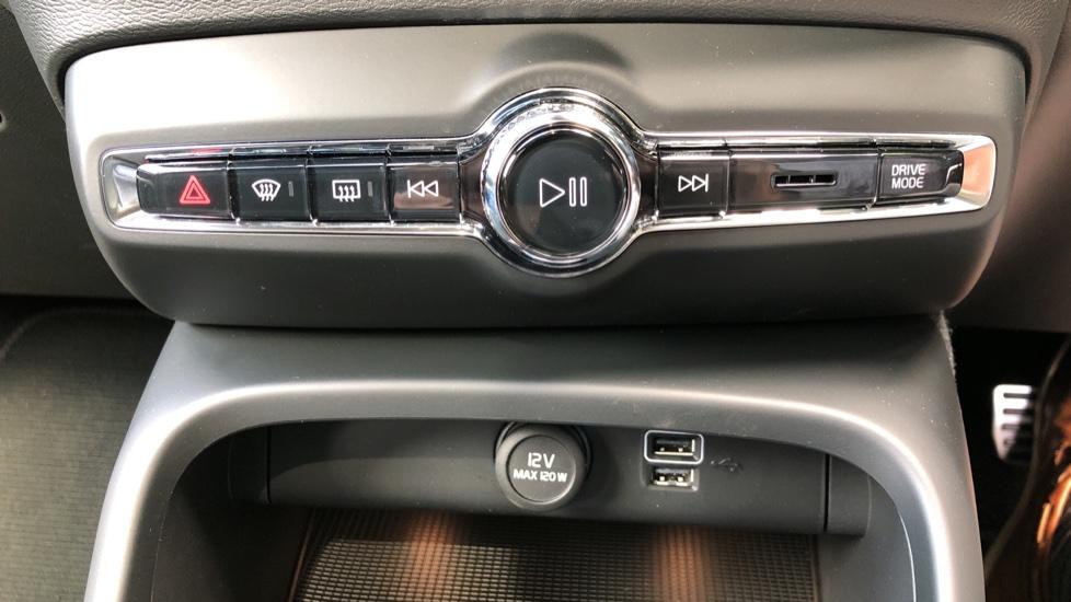 Volvo XC40 D3 R Design Pro AWD Auto, Xenium Pack, Pano Sunroof, 360 Cam, BLIS, Smartphone Integration image 28