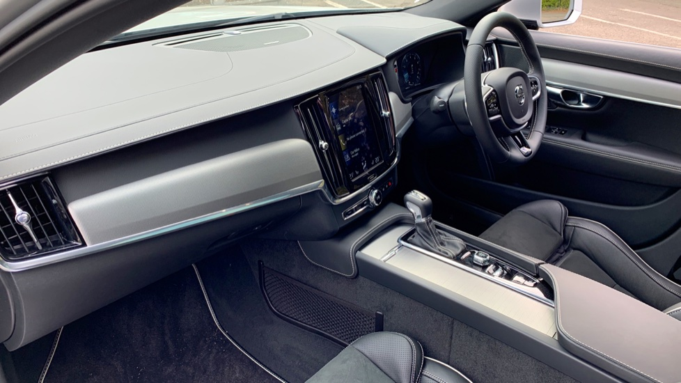Volvo V90 2.0 T4 R Design Auto W. Winter Pack, Xenium Pack & Smartphone Integration  image 3