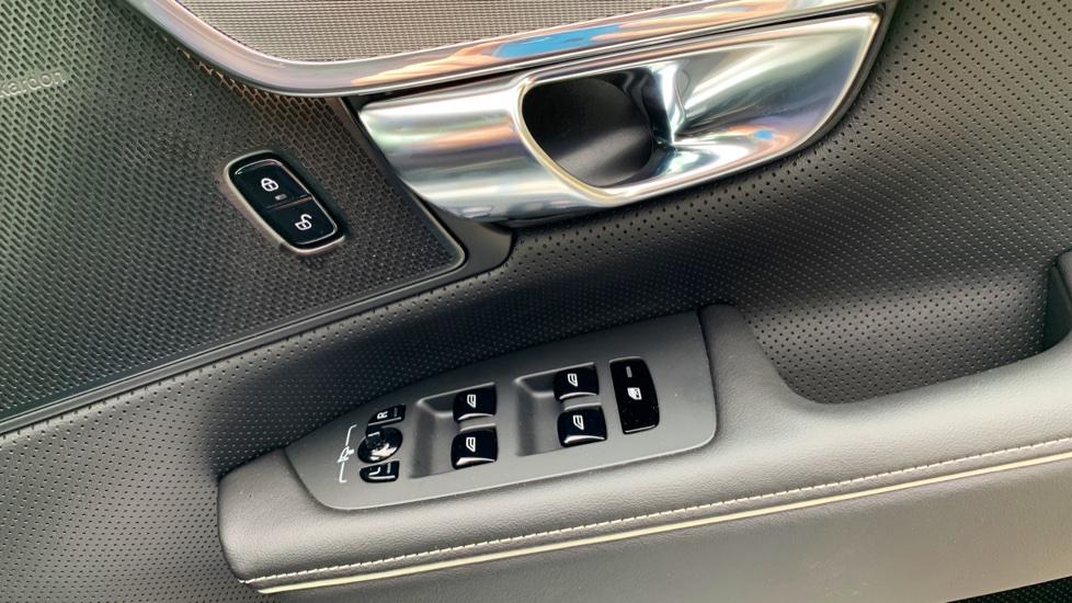Volvo V90 2.0 T4 R Design Auto W. Winter Pack, Xenium Pack & Smartphone Integration  image 16