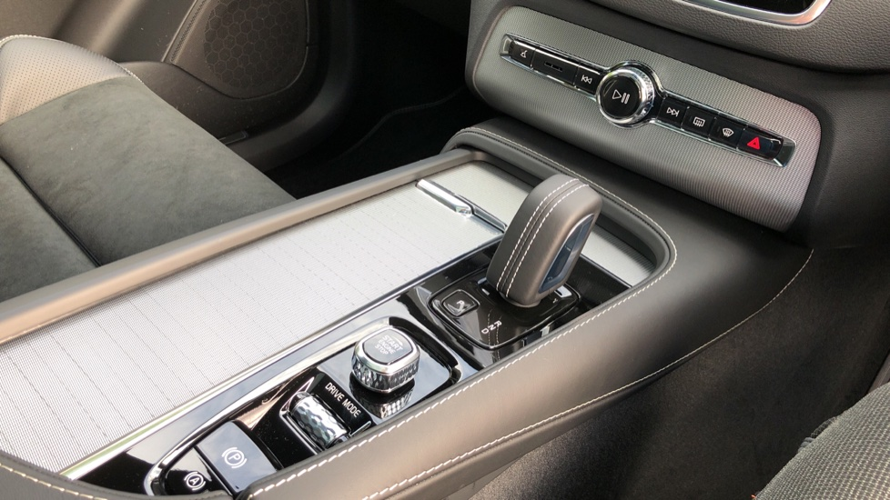 Volvo XC90 T8 Recharge PHEV R Design Pro AWD Auto, Lounge, Climate, Tech & Driver Assist Packs, Sunroof image 31