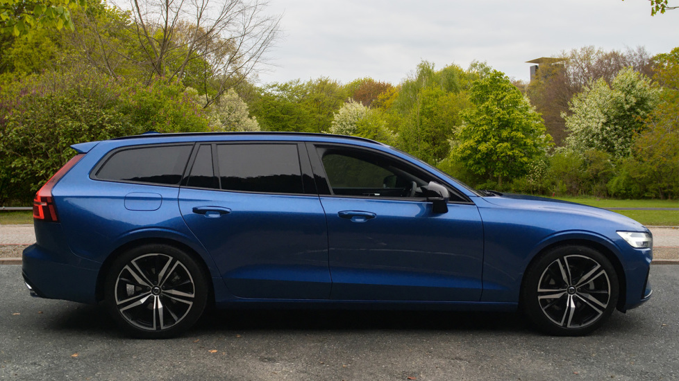 Volvo V60 2.0 D3 R Design Pro Nav Manual with Xenium Pk, BLIS, Heads Up, Auto Dimming Int & Ext mirrors image 2