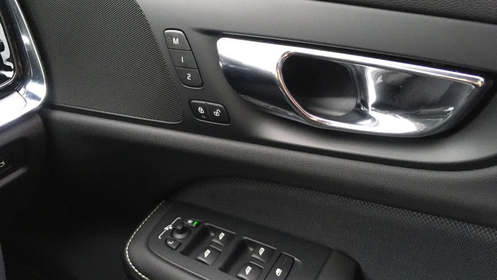 Volvo V60 2.0 D3 R Design Pro Nav Manual with Xenium Pk, BLIS, Heads Up, Auto Dimming Int & Ext mirrors image 21