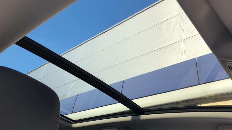 Volkswagen Touran 1.6 TDI 115 SE Family Manual, Nav, Sunroof, Adaptive Cruise, DAB Radio, Front & Rear Sensors image 5
