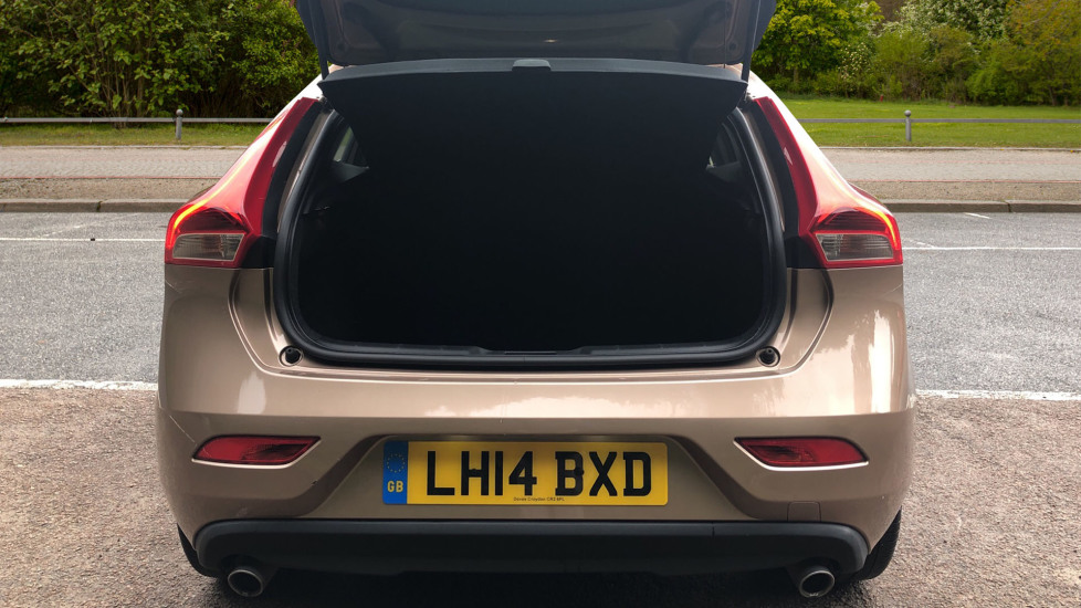 Volvo V40 D3 SE Lux Nav Auto with Heated Screen & Seats, Pano Roof, DAB Radio & Forward Folding Front Seat image 15