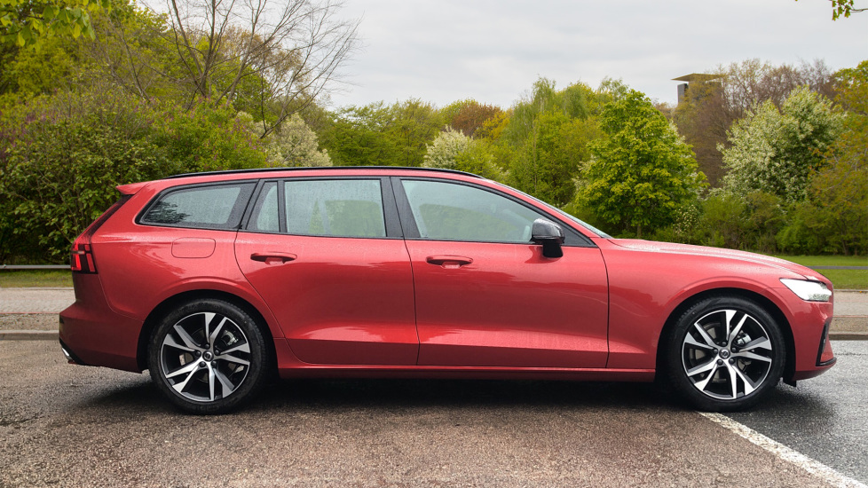 Volvo V60 2.0 D4 [190] R Design with Winter Pack, Heated Screen, Smartphone Integration, Apply Car Play  image 2