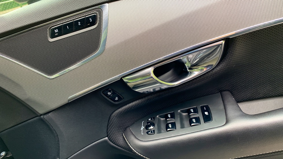 Volvo XC90 2.0 T8 Hybrid R Design Auto W. Sensus Navigation, Rear Park Assist & Cruise Control image 15