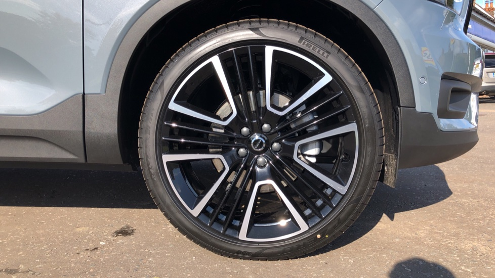 Volvo XC40 B4P Mild Hybrid R Design Pro Auto, Lounge, Climate, Versatility & Driver Assist Packs, Sunroof image 34