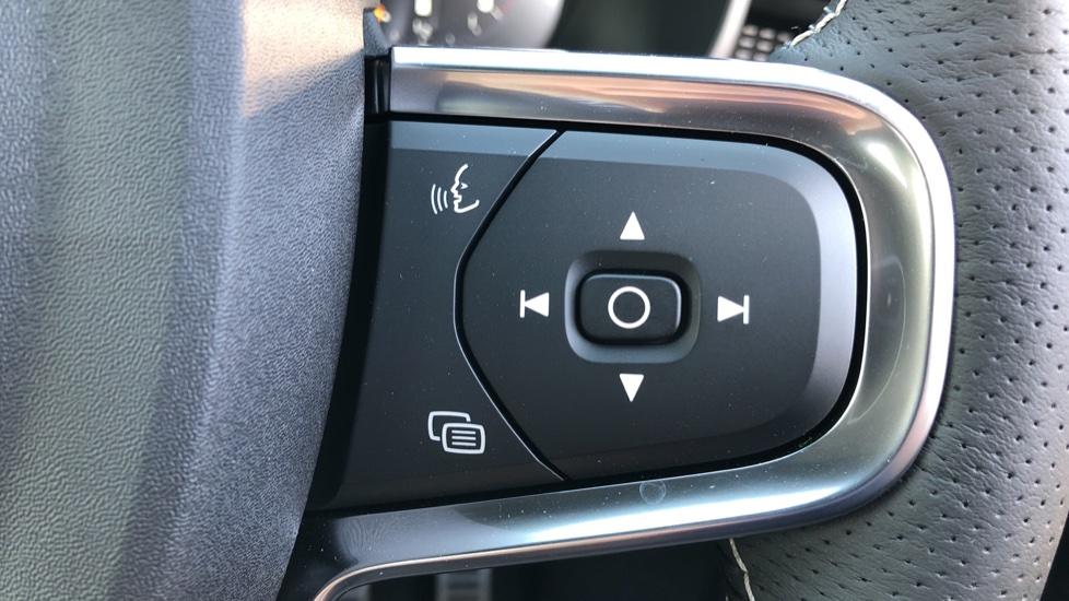 Volvo XC40 B4P Mild Hybrid R Design Pro Auto, Lounge, Climate, Versatility & Driver Assist Packs, Sunroof image 19