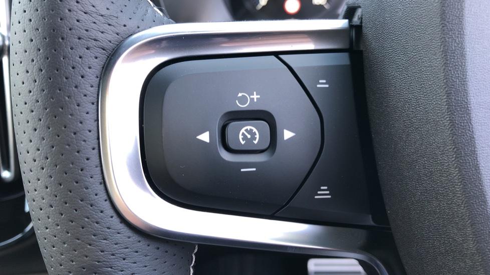 Volvo XC40 B4P Mild Hybrid R Design Pro Auto, Lounge, Climate, Versatility & Driver Assist Packs, Sunroof image 18