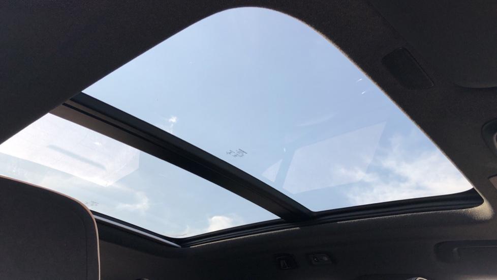 Volvo XC40 B4P Mild Hybrid R Design Pro Auto, Lounge, Climate, Versatility & Driver Assist Packs, Sunroof image 5