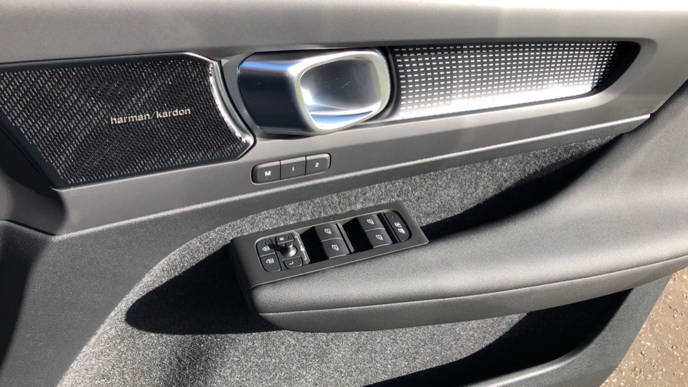 Volvo XC40 B4P Mild Hybrid R Design Pro Auto, Lounge, Climate, Versatility & Driver Assist Packs, Sunroof image 39