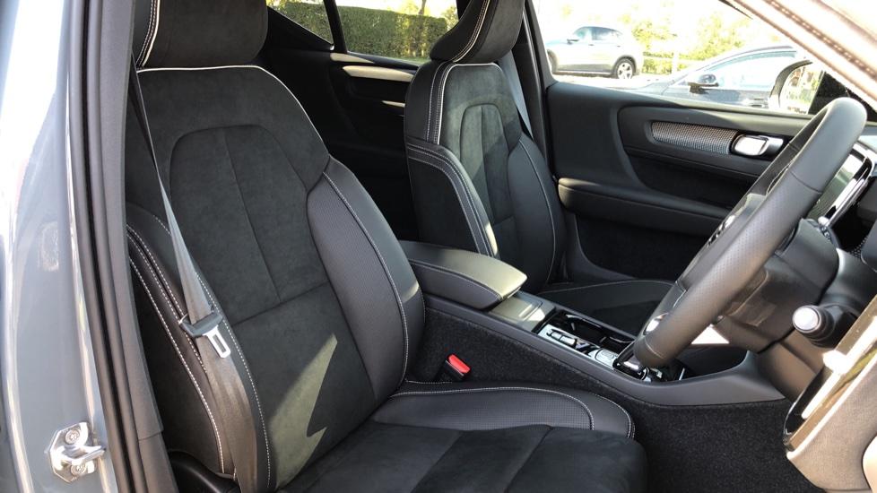 Volvo XC40 B4P Mild Hybrid R Design Pro Auto, Lounge, Climate, Versatility & Driver Assist Packs, Sunroof image 25