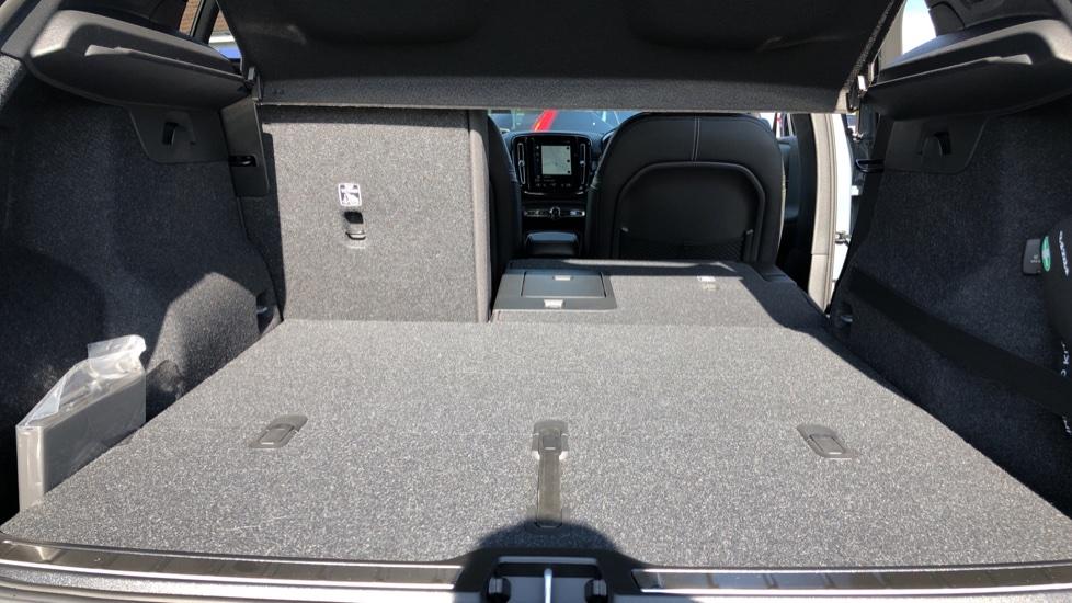 Volvo XC40 B4P Mild Hybrid R Design Pro Auto, Lounge, Climate, Versatility & Driver Assist Packs, Sunroof image 37