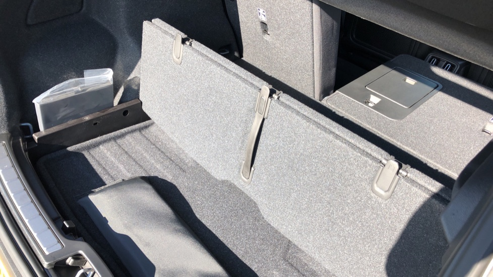 Volvo XC40 B4P Mild Hybrid R Design Pro Auto, Lounge, Climate, Versatility & Driver Assist Packs, Sunroof image 38
