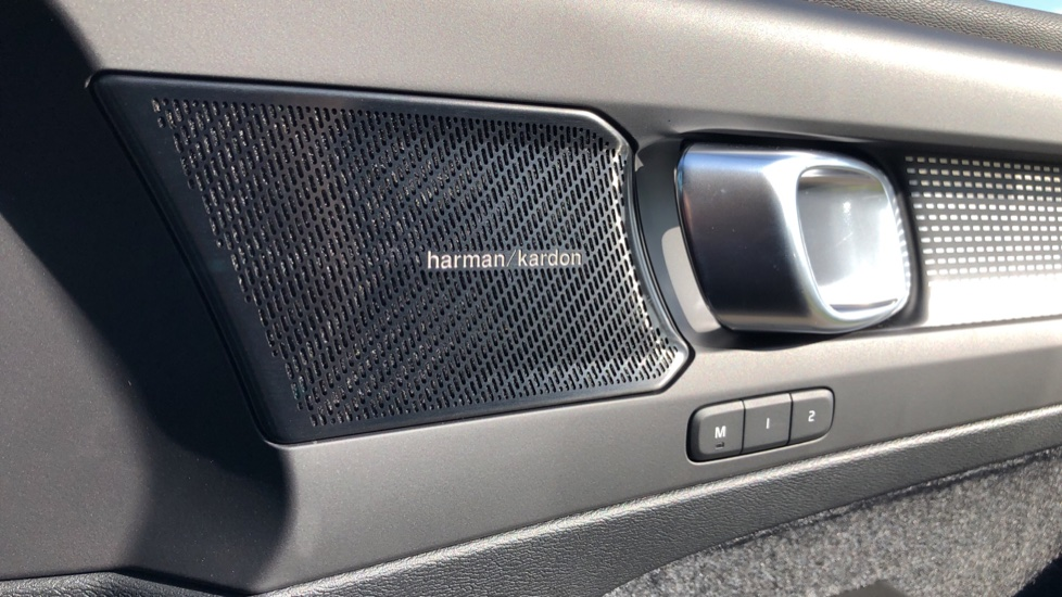 Volvo XC40 B4P Mild Hybrid R Design Pro Auto, Lounge, Climate, Versatility & Driver Assist Packs, Sunroof image 11