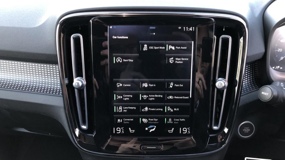 Volvo XC40 B4P Mild Hybrid R Design Pro Auto, Lounge, Climate, Versatility & Driver Assist Packs, Sunroof image 31
