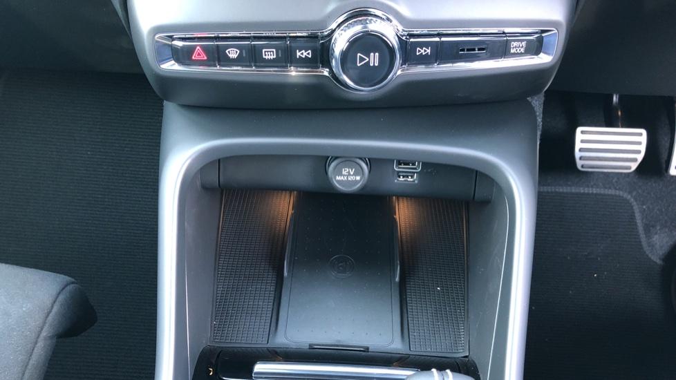 Volvo XC40 B4P Mild Hybrid R Design Pro Auto, Lounge, Climate, Versatility & Driver Assist Packs, Sunroof image 23