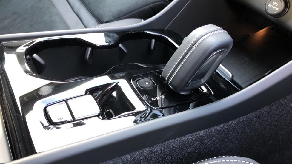 Volvo XC40 B4P Mild Hybrid R Design Pro Auto, Lounge, Climate, Versatility & Driver Assist Packs, Sunroof image 22