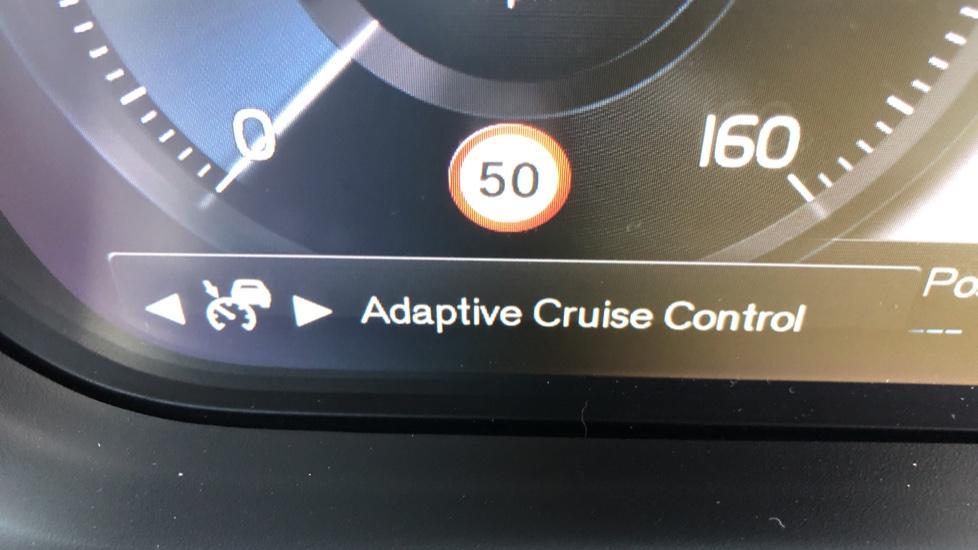 Volvo XC40 B4P Mild Hybrid R Design Pro Auto, Lounge, Climate, Versatility & Driver Assist Packs, Sunroof image 16