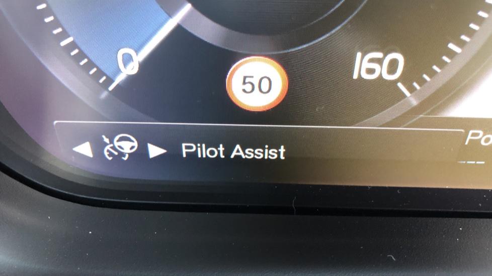 Volvo XC40 B4P Mild Hybrid R Design Pro Auto, Lounge, Climate, Versatility & Driver Assist Packs, Sunroof image 15