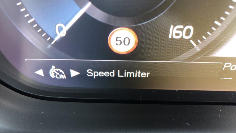 Volvo XC40 B4P Mild Hybrid R Design Pro Auto, Lounge, Climate, Versatility & Driver Assist Packs, Sunroof image 17
