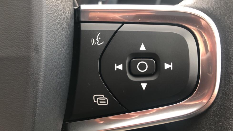 Volvo XC40 2.0 D3 Momentum AWD AT, Winter & Convenience Pks, F. Sensors, Keyless Drive, S/Phone Prep. image 18