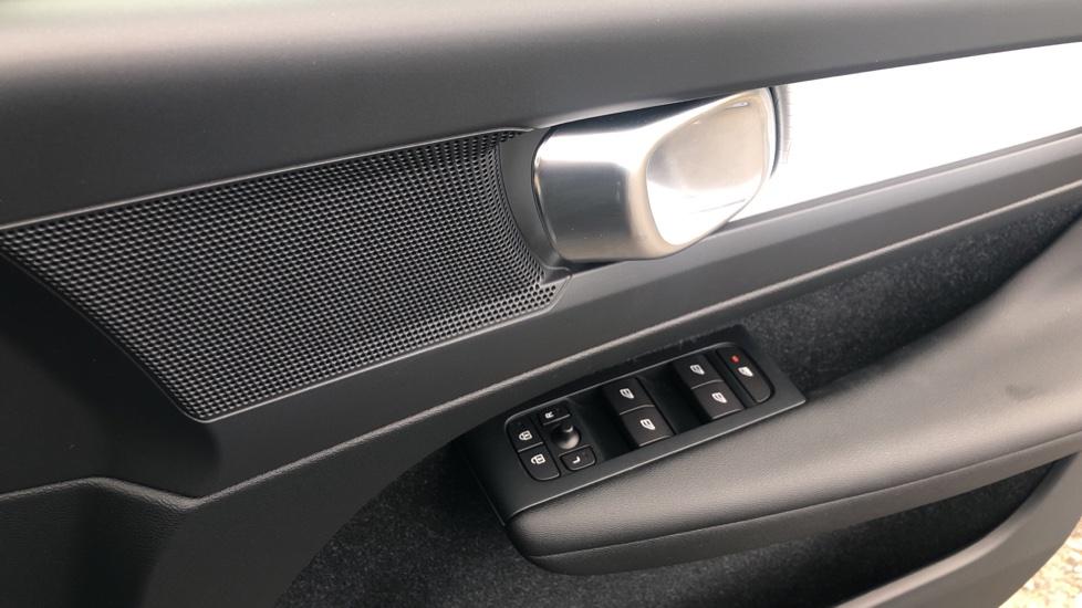 Volvo XC40 2.0 D3 Momentum AWD AT, Winter & Convenience Pks, F. Sensors, Keyless Drive, S/Phone Prep. image 19