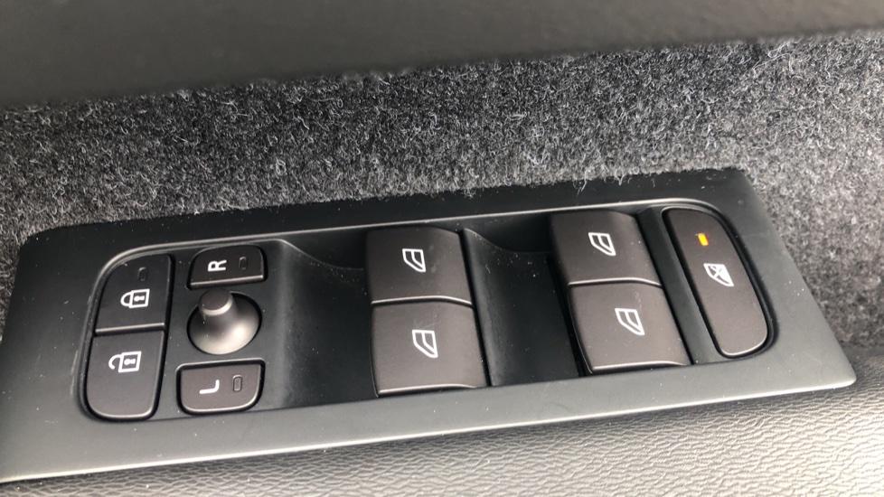 Volvo XC40 2.0 D3 Momentum AWD AT, Winter & Convenience Pks, F. Sensors, Keyless Drive, S/Phone Prep. image 20
