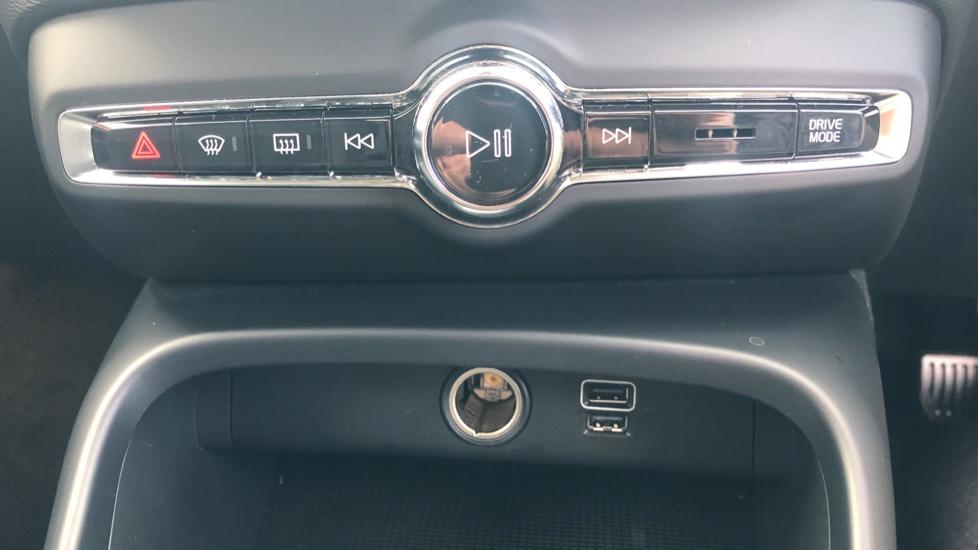 Volvo XC40 2.0 D3 Momentum AWD AT, Winter & Convenience Pks, F. Sensors, Keyless Drive, S/Phone Prep. image 11