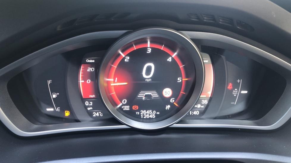 Volvo V40 D2 R Design Nav Plus, Winter Pk, Intellisafe Pro, Keyless Drive, Ft Sensors, Tints & Volvo On Call image 9