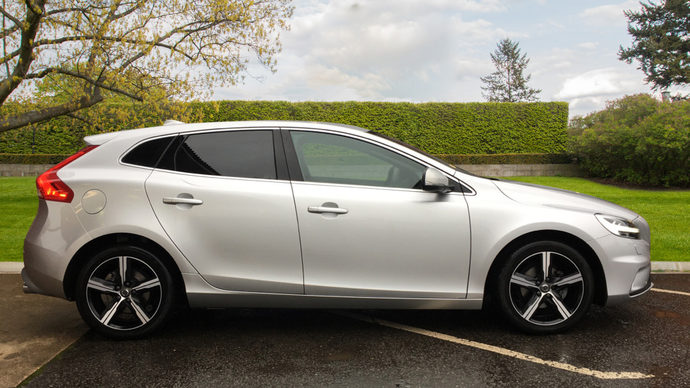 Volvo V40 D2 R Design MT, Winter Pack, Heated Windscreen & Front Seats, DAB Radio & 17 Inch Alloys image 2