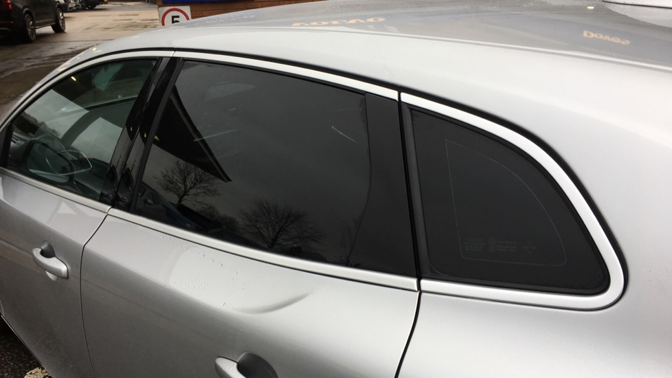 Volvo V40 D2 R Design MT, Winter Pack, Heated Windscreen & Front Seats, DAB Radio & 17 Inch Alloys image 27