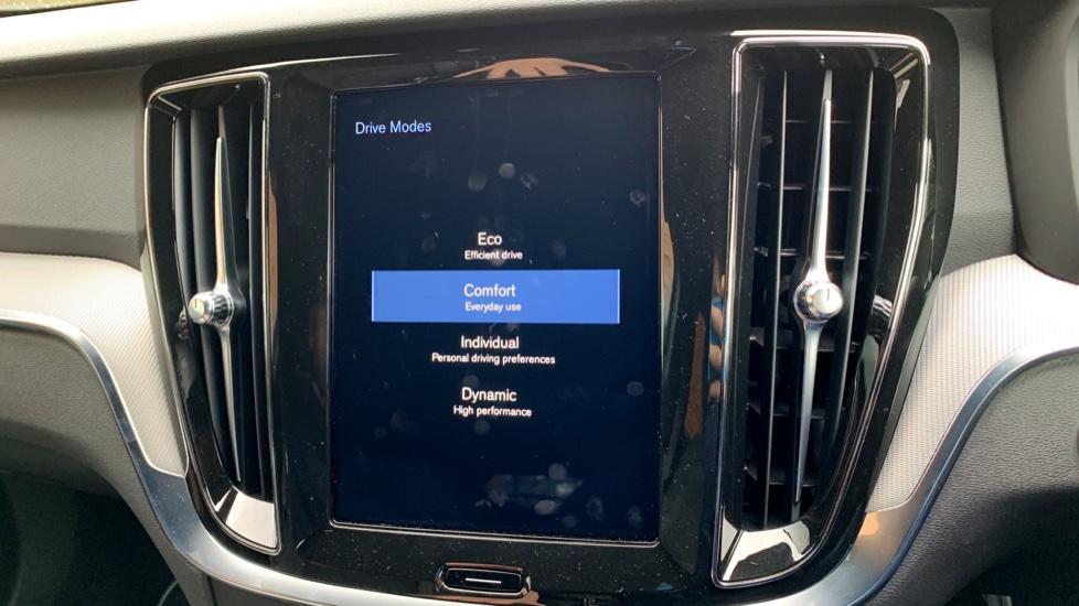 Volvo V60 2.0 T5 R Design Pro Auto W. Smartphone Integration, 360 Camera & Harmon kardon  image 22