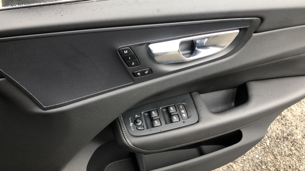 Volvo XC60 B4D Mild Hybrid Momentum Pro AWD Auto, Family & Convenience Packs, Smartphone, Heated Screen image 36