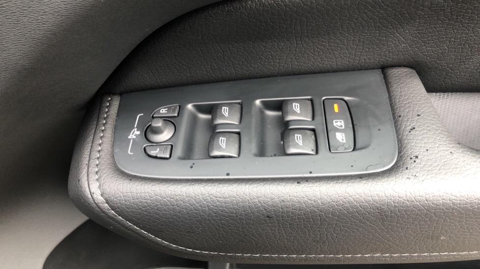 Volvo XC60 B4D Mild Hybrid Momentum Pro AWD Auto, Family & Convenience Packs, Smartphone, Heated Screen image 37